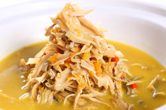 Soupe à pousses de bambou sur la cuvette blanche dans le restaurant photos stock
