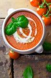 Soupe à tomate avec de la crème et le basilic image libre de droits