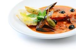 Soupe à tomate avec des poissons et des fruits de mer Photo libre de droits