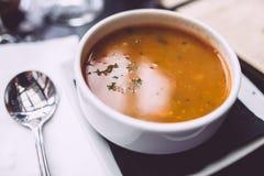 Soupe à tomate avec une cuillère Images stock