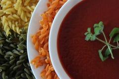 Soupe à tomate, soupe crème à tomate, soupe healty à tomate avec des nouilles Images libres de droits