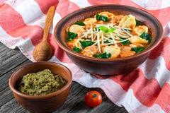 Soupe à Tortellini avec les saucisses italiennes, épinards, tomate, parmesan, images stock