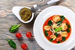 Soupe à Tortellini avec les saucisses italiennes, épinards, tomate, parmesan, dessus-vue photographie stock libre de droits
