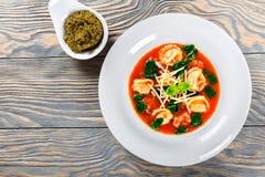 Soupe à Tortellini avec les saucisses italiennes, épinards, tomate, parmesan, pesto-sauce photo stock