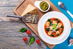 Soupe à Tortellini avec les saucisses italiennes, épinards, tomate, parmesan, pesto-sauce images libres de droits