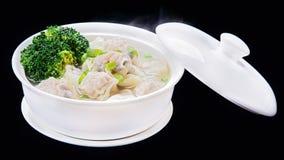 Soupe à Wonton de crevettes, cuisine traditionnelle chinoise d'isolement sur le bl Photographie stock