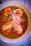 Soupe épicée à crevette de nouilles dans la cuvette sur la table, kung de Tom Yum Image stock