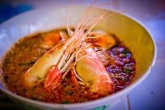 Soupe épicée à crevette de nouilles dans la cuvette sur la table, kung de Tom Yum Image libre de droits