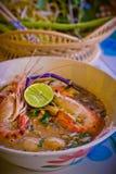 Soupe épicée à crevette de nouilles dans la cuvette sur la table, kung de Tom Yum Photo stock