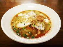 Soupe épicée à nouille d'oeufs avec la boule de poissons et la boule de crevette Photographie stock libre de droits
