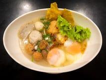 Soupe épicée à nouille de Tom Yum Pork photos libres de droits