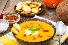 Soupe épicée à potiron avec du lait de noix de coco photographie stock