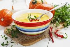 Soupe épicée à potiron avec le poivre de crème et de piment Photos libres de droits
