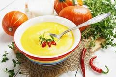 Soupe épicée à potiron avec le poivre de crème et de piment Image stock