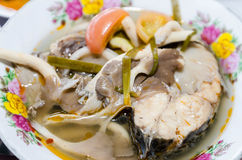 Soupe épicée à style thaïlandais avec des poissons (tomyum) Image libre de droits