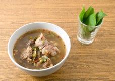 Soupe épicée et aigre thaïlandaise à entrailles de boeuf avec Basil photos libres de droits