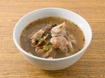 Soupe épicée et aigre thaïlandaise des entrailles de boeuf image libre de droits