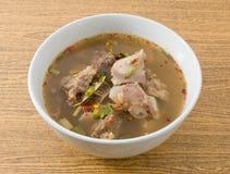 Soupe épicée et aigre thaïlandaise des entrailles de boeuf image stock
