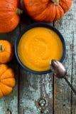 Soupe épicée faite maison à potiron de vegan avec les graines de sésame dans la cuvette bleue Image libre de droits