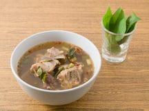 Soupe épicée thaïlandaise à entrailles de boeuf avec Basil images stock
