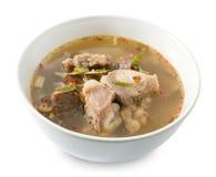 Soupe épicée thaïlandaise à entrailles de boeuf sur le fond blanc images libres de droits