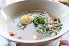 Soupe épicée traditionnelle thaïlandaise à crevette rose, kung de Tom yum photographie stock