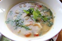 Soupe épicée traditionnelle thaïlandaise à crevette rose, kung de Tom yum photo libre de droits