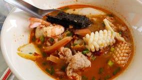 Soupe aigre à nouille de fruits de mer photos libres de droits