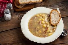 Soupe aigre d'un plat photos stock