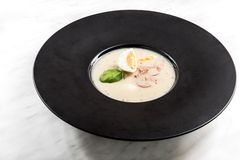Soupe aigre faite maison servie avec l'oeuf du plat fonc? photographie stock libre de droits