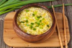Soupe asiatique traditionnelle végétarienne à oeufs de baisse Image libre de droits