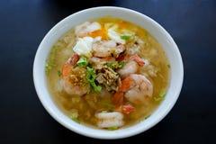 Soupe au riz thaïlandaise avec la crevette (Khao Tom Goong) photo stock