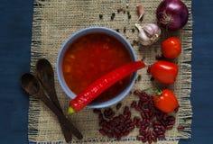 Soupe aux fèves épicée dans une cuvette bleue sur une texture de toile de jute, l'espace libre f Image stock