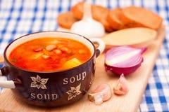 Soupe aux fèves dans la cuvette en céramique photo stock