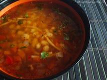 Soupe aux fèves préparée dans une grande cuvette photographie stock libre de droits