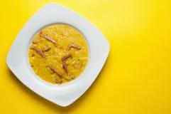 Soupe aux pois fendue à jaune avec du jambon Images libres de droits