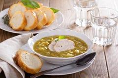 Soupe aux pois fendue à poulet chaleureux images libres de droits