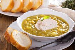 Soupe aux pois fendue avec le poulet Photo stock