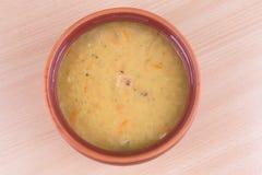 Soupe aux pois fraîche traditionnelle dans la cuvette Images libres de droits