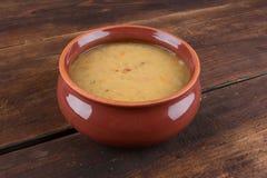 Soupe aux pois fraîche traditionnelle dans la cuvette Photos stock