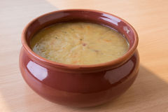 Soupe aux pois fraîche traditionnelle dans la cuvette Images stock