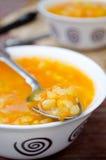 Soupe aux pois jaune à végétarien et à vegan Photographie stock libre de droits