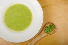 Soupe aux pois verte dans la cuvette Photographie stock