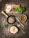Soupe aux pommes de terre avec des crépitements sur la vieille table en bois Photo libre de droits