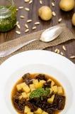 Soupe aux pommes de terre avec des tomates et le pesto Photographie stock libre de droits
