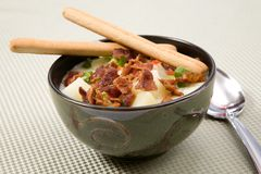 Soupe aux pommes de terre avec l'écrimage de lard image stock