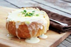 Soupe aux pommes de terre dans le bol de pain Photos stock