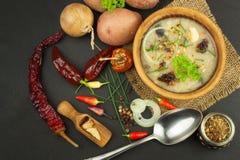 Soupe aux pommes de terre faite maison avec des champignons Cuvette avec la soupe aux pommes de terre sur la table en bois Prépar Photos libres de droits