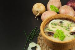 Soupe aux pommes de terre faite maison avec des champignons Cuvette avec la soupe aux pommes de terre sur la table en bois Prépar Photos stock