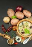 Soupe aux pommes de terre faite maison avec des champignons Cuvette avec la soupe aux pommes de terre sur la table en bois Prépar Photo libre de droits